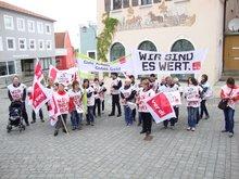 30 Beschäftigte der KfHs in Niederbayern und der Oberpfalz protestieren in Roding