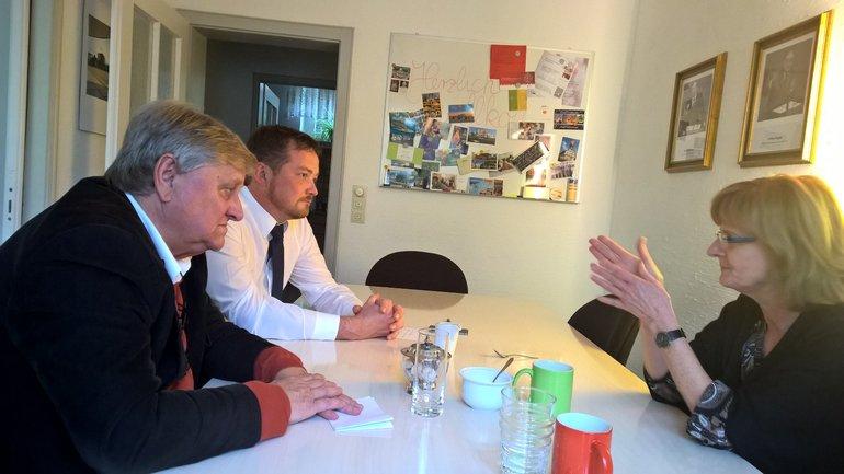 Petra Graf und Oskar Salfetter im Gespräch mit MdB Uli Grötsch