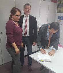 CSU-Bundestagsabgeordneten Albert Rupprecht unterschreibt den oberpfälzer Apell für mehr Krankenhauspersonal