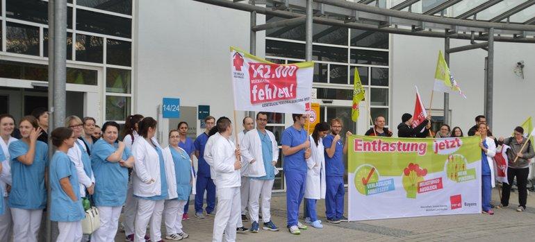 """Beschäftigte der Medizinischen Einrichtungen des Bezirks Oberpfalz (medbo) fordern """"Bessere Arbeitsbedingungen in der Pflege"""""""