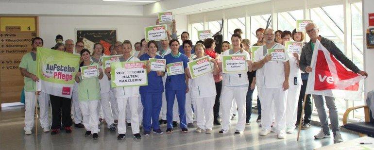 Beschäftigte der Asklepios Orthopädischen Klinik Lindenlohe protestieren für eine gesetzliche Personalbemessung