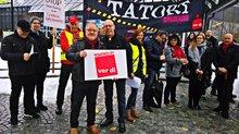 Demonstrierende vor Stadthalle Deggendorf