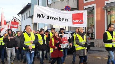 100 streikende Zivilbeschäftigte ziehen durch Parsberg
