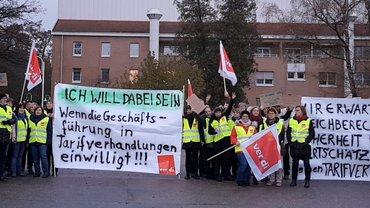 Streikende vor der Asklepios-Klinik Lindenlohe