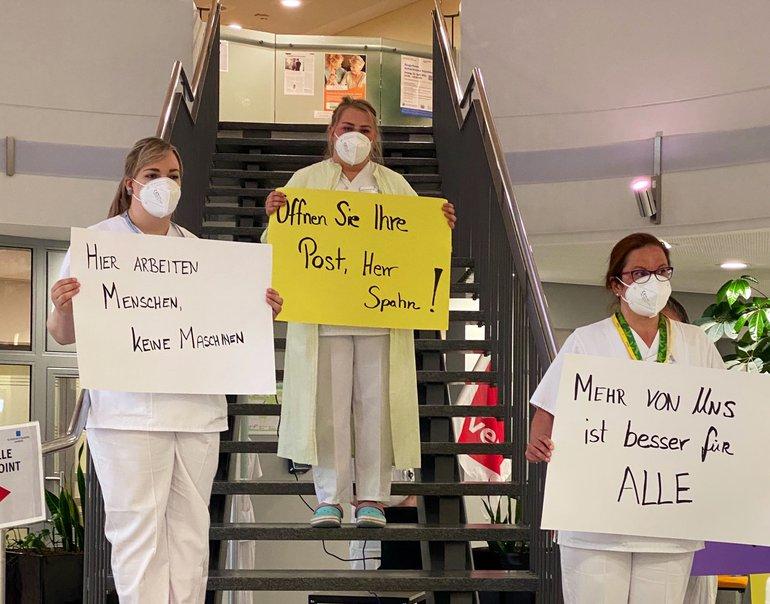 Mitarbeiter des Klinikums beteiligen sich an der Aktion im Foyer